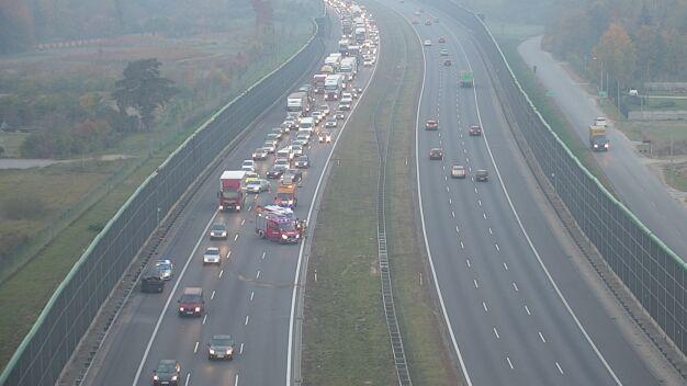 Wypadek aut osobowych i ciężarówki na A2