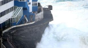Potężne fale na wybrzeżu Teneryfy (PAP/EPA/Cristobal Garcia)