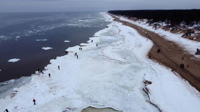 Zamarznięte litewskie wybrzeże Bałtyku z lotu ptaka